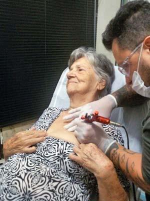Rafael Bonfim faz tatuagem em idosa no Distrito Federal (Foto: Luana de Freitas/Arquivo Pessoal)