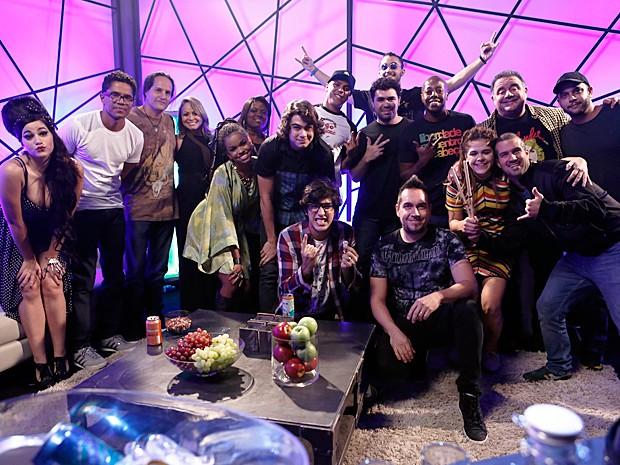 Banda Natiruts posa para foto com elenco no intervalo das gravações (Foto: Inácio Moraes / Gshow)
