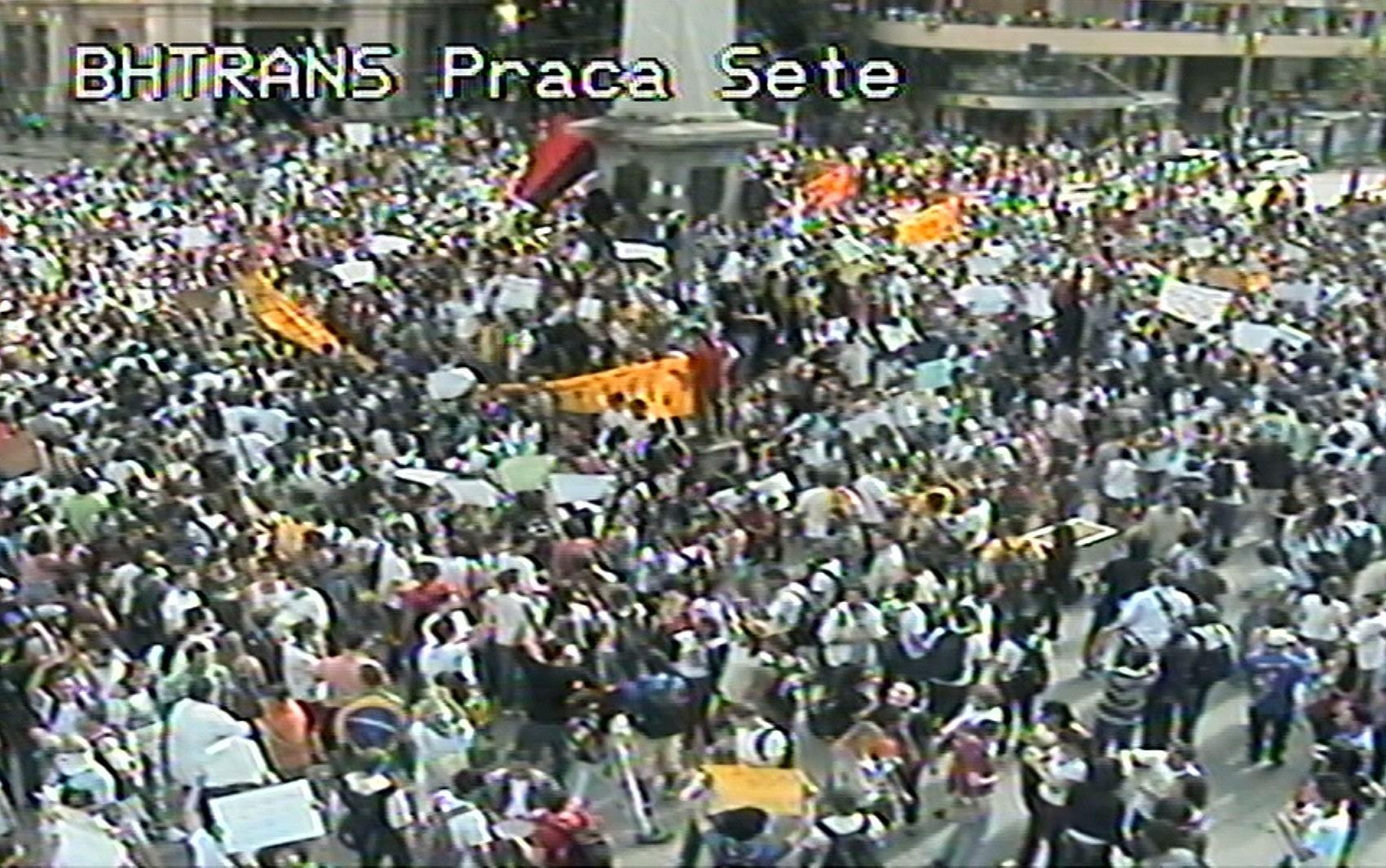 Protesto bloqueia trânsito no Centro de Belo Horizonte nesta segunda-feira (17) (Foto: Reprodução/BHTrans)