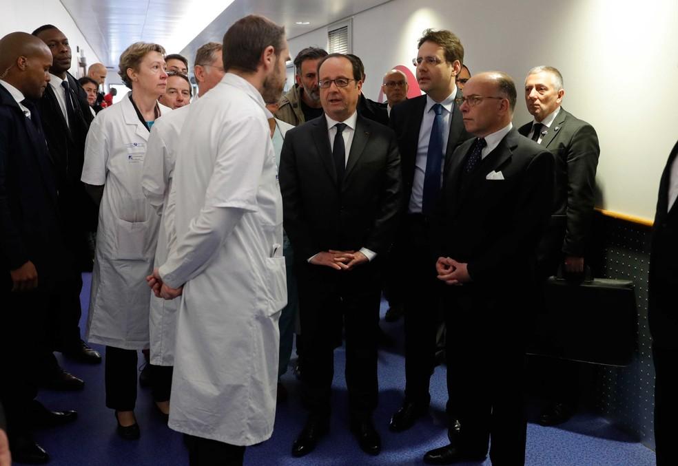 Presidente francês, François Hollande, visitou nesta sexta-feira (21) o hospital onde estão os policiais feridos no ataque ocorrido na Champs Élysées, em Paris  (Foto: Philippe Wojazer/AP)