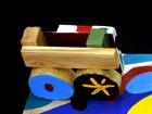 Artista cria peças com restos de madeira e faz exposição em Palmas