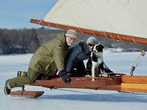 Casal Frank e Katie-Jean Wall navega com seu cão, Sancho, no rio Hudosn gelado (Foto: Stan Honda/AFP)