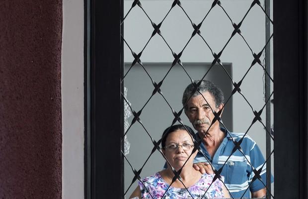 Miriam Casimiro e o marido. O filho autista quebrou a porta de vidro da casa no último surto violento (Foto: Rogério Cassimiro / ÉPOCA)