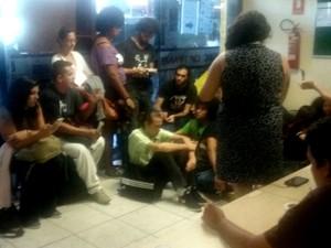 Estudantes ocupam posto do DFTrans na rodoviária do Plano Piloto (Foto: Bárbara Nascimento/G1)