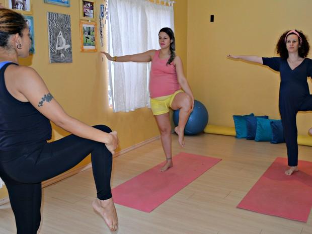 A professora Helena, ensina as gestantes a se alongarem com o yoga em Porto Velho  (Foto: Hosana Morais/G1)