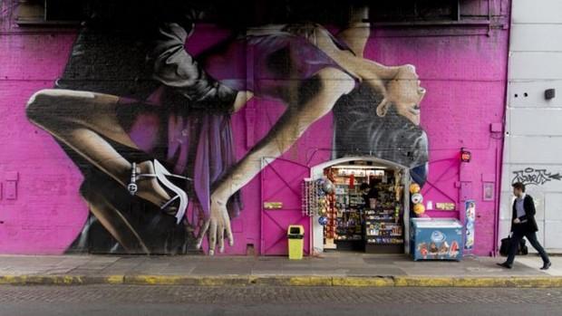 Homem caminha em rua do bairro de Palermo, em Buenos Aires  (Foto: AP)