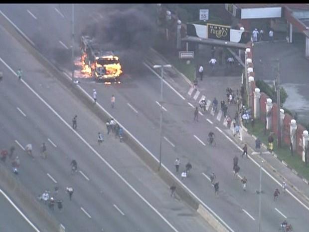 Fogo na Fernão Dias (Foto: Reprodução/GloboNews)