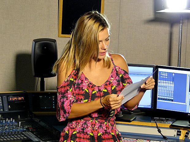 Carolina Dieckmann gravou a narração do Novelão para o Vídeo Show (Foto: Cristina Cople / Gshow)