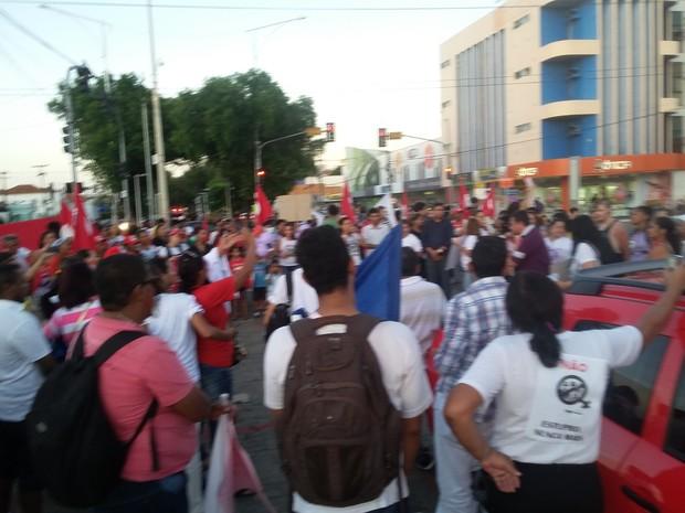 Grupo portestou no canteiro central da Avenida Frei Serafim  (Foto: Ellyo Teixeira/ G1)