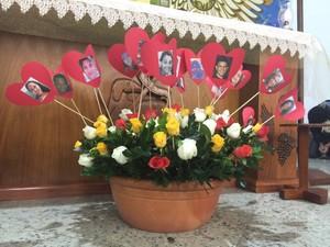 Amigos fizeram uma homenagem às vítimas no altar (Foto: Fabio França/G1)