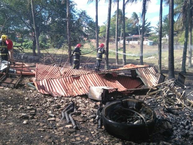 Chamas se espalharam e atingiram tambor de óleo (Foto: Sandra Paula / TV Paraíba)