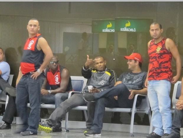 Torcida do Fla no aeroporto (Foto: Thales Soares / Globoesporte.com)