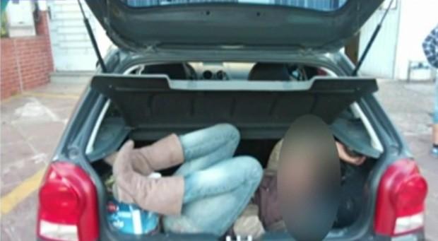 Mulher suspeita de assalto foi levada em carro até delegacia (Foto: Arquivo Pessoal)