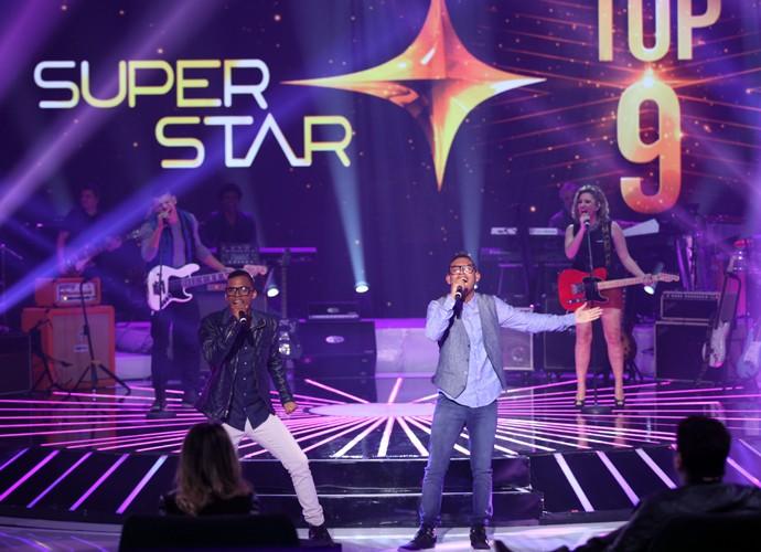 Lucas e Orelha agita o palco do SuperStar com 'Preta Perfeita' (Foto: Fabiano Battaglin / Gshow)