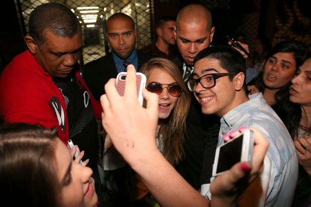 Cara Delevingne atende fãs na saída de estúdio de tatuagem (Foto: André Freitas/AgNews)