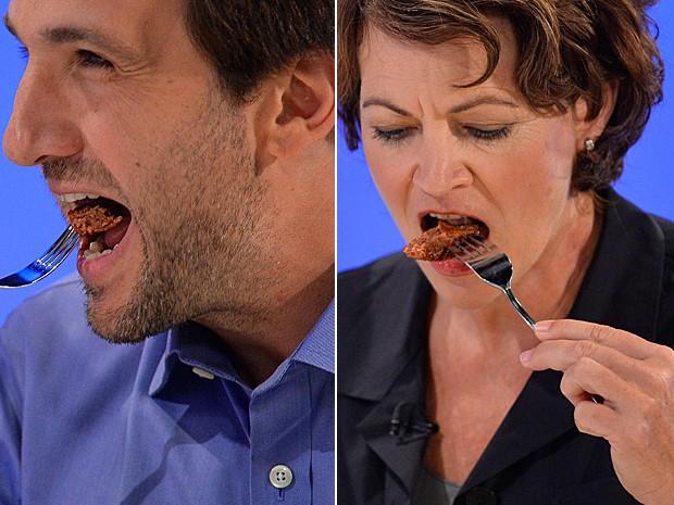 Escritor de gastronomia nos EUA Josh Schonwald e pesquisadora de alimentos Hanni Rutzler, da Áustria, provam primeiro hambúrguer feito em laboratório por cientistas na Holanda (Foto: Toby Melville/Reuters)