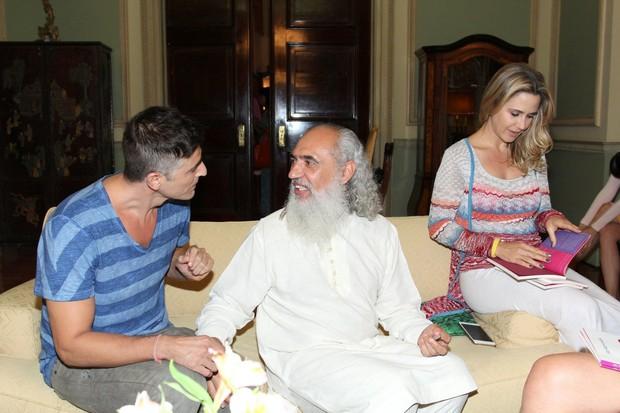 Reynaldo Gianecchini, Sri Prem Baba e Guilhermina Guinle em evento na Zona Sul do Rio (Foto: Alex Palarea/ Ag. News)