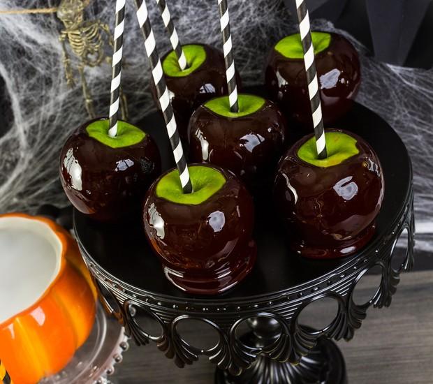 Maçã do amor? Não mais! A brincadeira aqui é transformá-la em um caldeirão da bruxa. Para fazer o docinho, jogue a maçã verde em uma calda de chocolate ou em uma calda açucarada com corante escuro e finalize com um canudo divertido.   (Foto: Thinkstock)