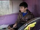 Apaixonado por bateria, menino de 10 anos cria instrumento com sucata