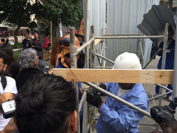 Operários colocaram tapumes no entorno do pilotis do Palácio Gustavo Capanema, onde manifestantes pretendiam se instalar.  (Foto: Cristina Boeckel / G1)