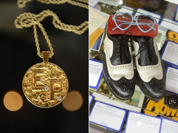 """Colar de ouro de 14 quilates com as iniciais """"E.P"""" (Elvis Presley) e sapatos e óculos de Elton John também foram leiloados na Julien's Auctions, na Califórnia (Foto: Robyn Beck/AFP)"""
