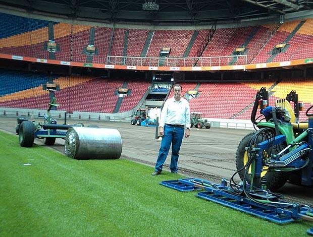 Agrônomo Artur Melo acompanha troca do gramado da Arena de Amsterdã (Foto: Divulgação)