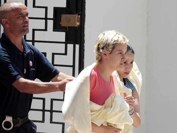 Amina Sboui sendo levada ao tribunal na corte Msaken no dia 22 de julho (Foto: AP)