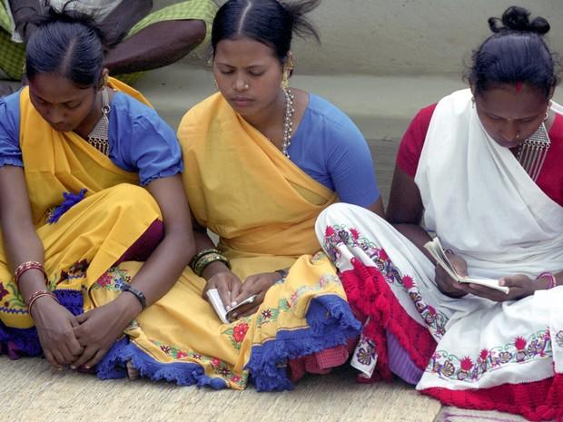 Há mais de 5 milhões de Bahá'ís no mundo. Na imagem, seguidoras da religião rezam no Nepal (Foto: Bahá'í World News Service)