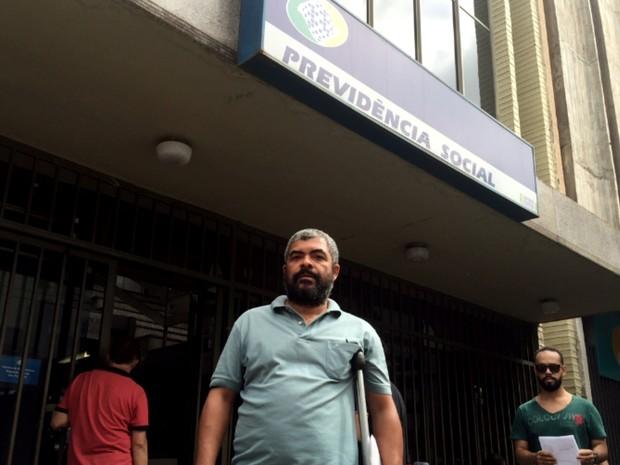 Caminhoneiro sai da agência do INSS depois de 3 horas, em Goiás (Foto: Murillo Velasco/G1)