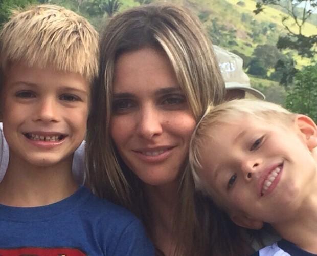 Fernanda Lima posa ao lado dos filhos João e Francisco (Foto: Arquivo pessoal)
