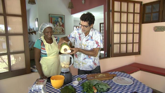 Jackson Costa ensina receita de suco verde (Foto: TV Bahia)