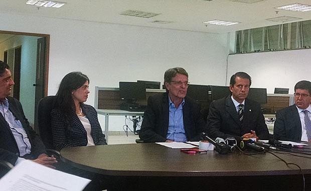 O jornalista Hélio Doyule (ao centro) junto aos novos indicados para ocupar cargos no governo de Rodrigo Rollemberg (Foto: Raquel Morais/G1)