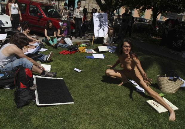 A modelo de 55 anos posou em um jardim da Faculdade de Belas Artes. O evento artístico faz parte das celebrações locais de San Ero, patrono das Artes. (Foto: Miguel Vidal/Reuters)