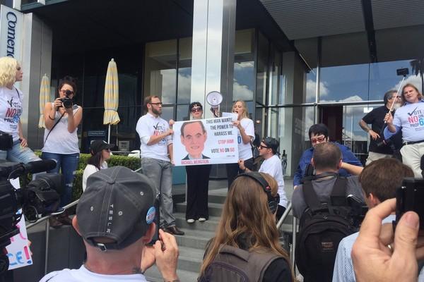 Um protesto contra a lei que exige o uso de preservativos em filmes pornô (Foto: Twitter)