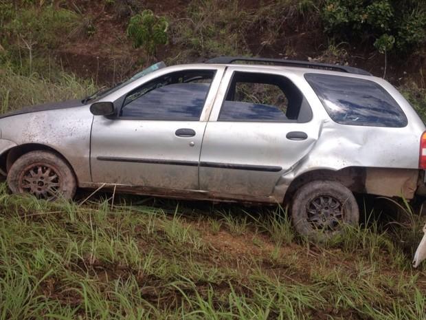 Carro sai da pista e deixa 6 pessoas feridas na BR-414, em Abadiânia, Goiás (Foto: Divulgação/PRF)