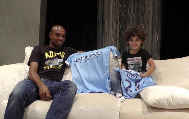Fernandinho e seu filho Manchester City (Foto: Claudia Garcia)