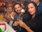 Latino, acompanhado, comemora aniversário com a filha Dayanna Maia