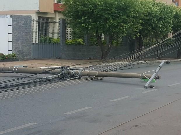Poste caiu após batida de carro em Cuiabá (Foto: Arquivo pessoal)