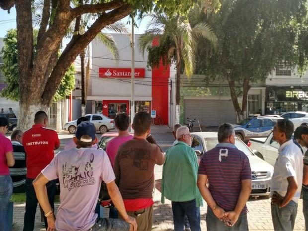 População acompanha desdobramentos de assalto a banco na Bahia (Foto: Nino Moreira / TV Oeste )