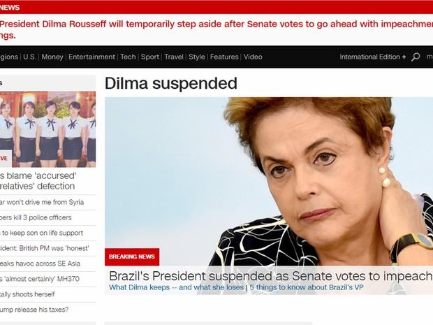 CNN lembra que Dilma foi a primeira mulher eleita presidente no Brasil (Foto: Reprodução/G1)