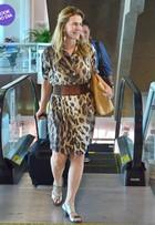 Look do dia: Maitê Proença aposta no animal print para viajar de avião