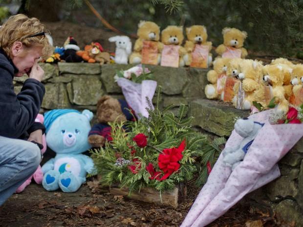 Ursos de pelúcia são colocados em memorial em homenagem às vítimas de Newtown (Foto: AP)