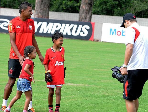 kleberson ao lado dos filho flamengo treino (Foto: Alexandre Vidal / Fla Imagem)