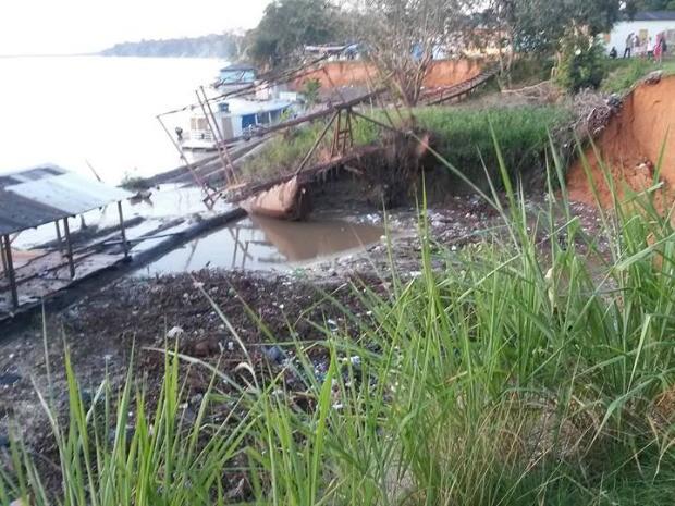 Uma lanchonete desmoronou e um flutuante ficou encoberto pela água do rio (Foto: Priscila Pantoja/Arquivo Pessoal)
