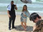 Claudia Leitte grava campanha de pernas de fora em praia de Salvador