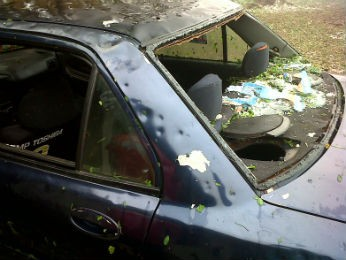 Granizo quebrou todos os vidros de um carro (Foto: Paulo André Devojanski)