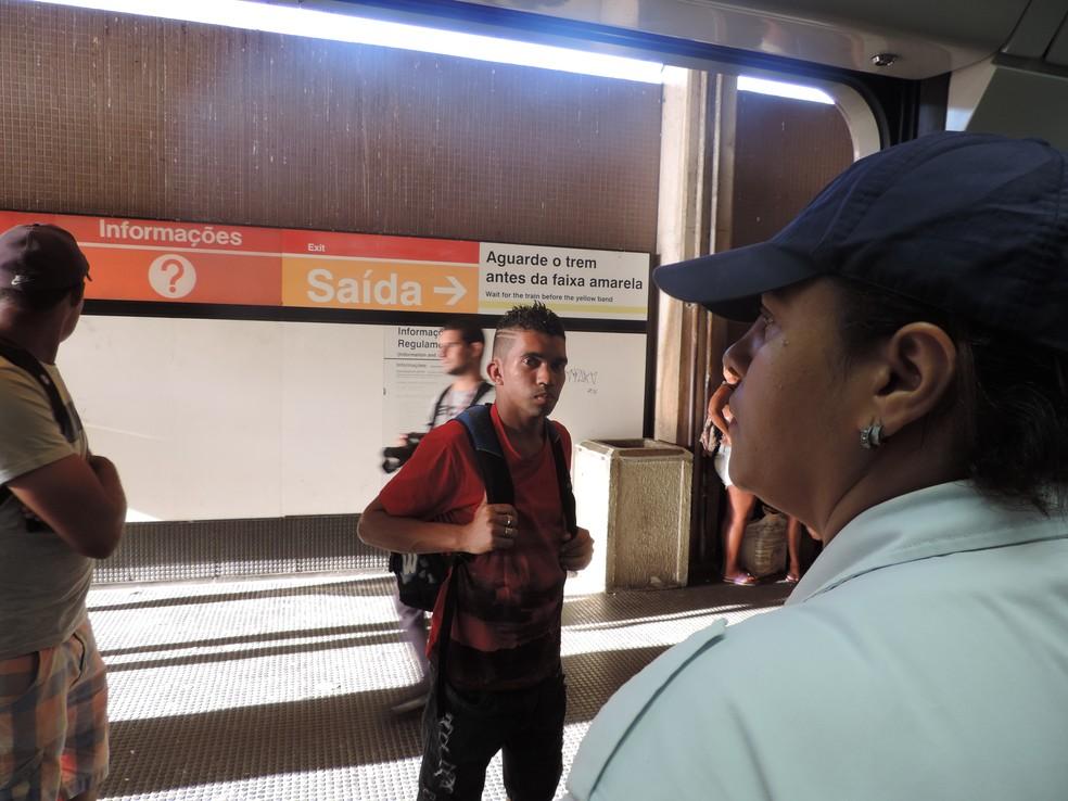 Seguranças impedem a entrada de homens no 'vagão rosa' do metrô do Recife (Foto: Marina Meireles/G1)