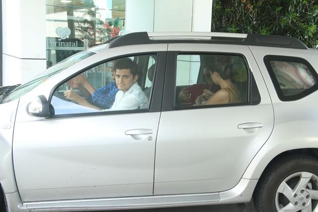 Bruno Gissoni e Yanna Lavigne deixam maternidade com Madalena (Foto: Daniel Pinheiro/AgNews )