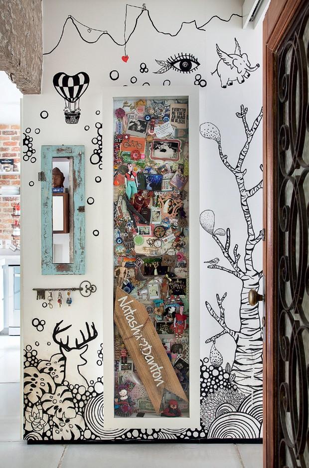 Hall de entrada | O desenho feito à mão livre pela ilustradora Dani Purper remete a momentos da vida do casal. A caixa de lembranças, executada pela scrapbooker Andrea Queiroz, guarda moedas, fotos, santinhos, ímãs e a placa usada no dia de sua cerimônia (Foto: Denilson Machado/MCA Estúdio/Divulgação)