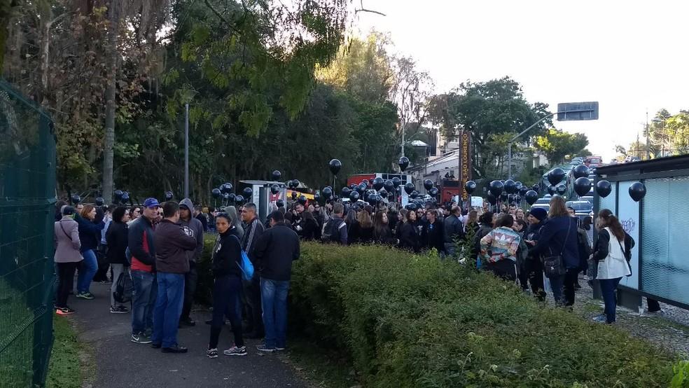 Servidores estão concentrados no Parque São Lourenço, que fica próximo à Ópera de Arame (Foto: Bruno Fávaro/RPC)